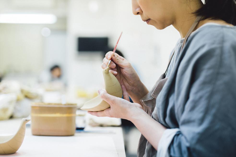 デザインディレクターの富岡正直と陶芸作家の伊藤利江