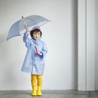 雨の日の通園・通学アイテムは傘派?レインコート派?