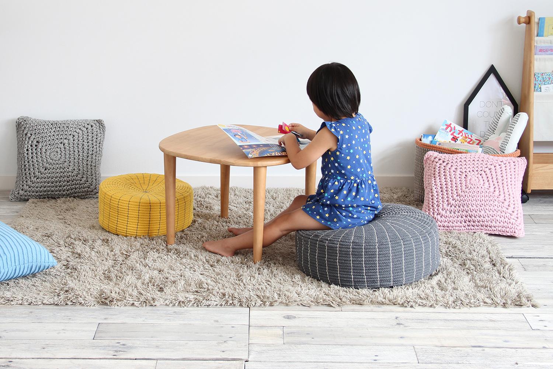 子供は丸いフロアクッションのLサイズにも座れます