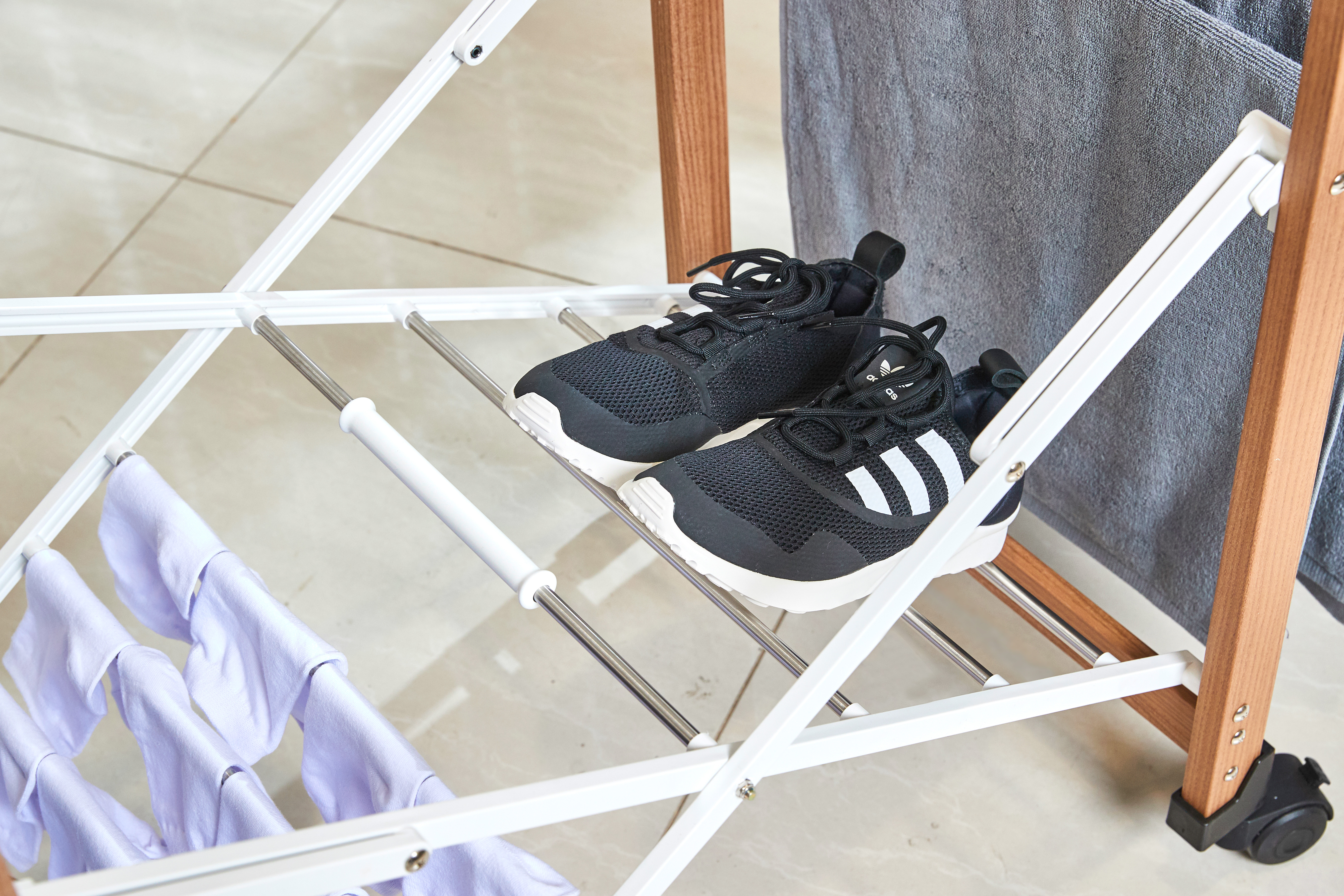 雨でぬれた靴を部屋で乾かす