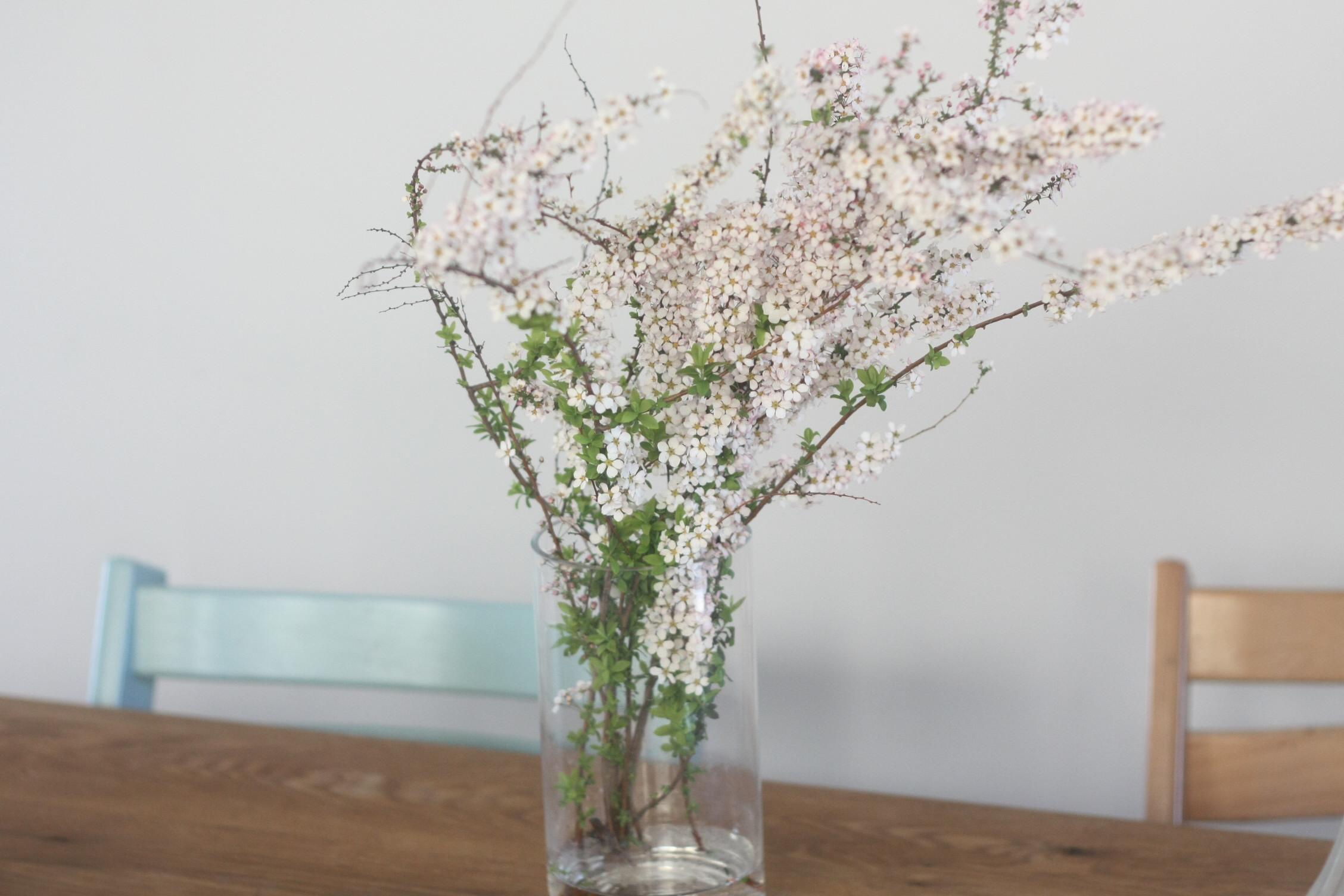 ダイニングテーブルの上にお花を飾ったり