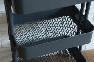スチール製のメッシュかごには調味料やサランラップなどの収納に最適です。