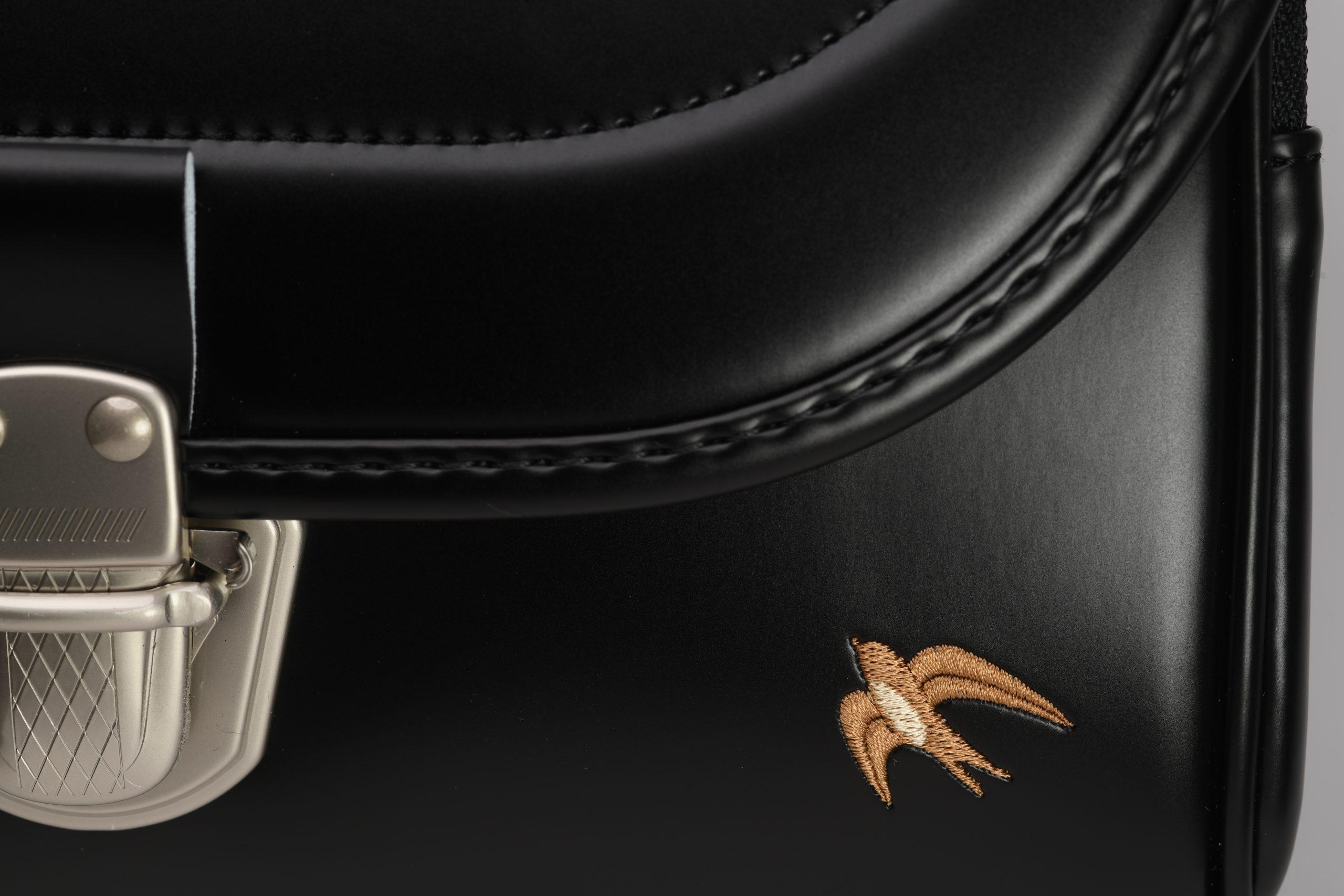 ブラックにあわせてデザインされた 「つばめ」の ワンポイントの刺繍