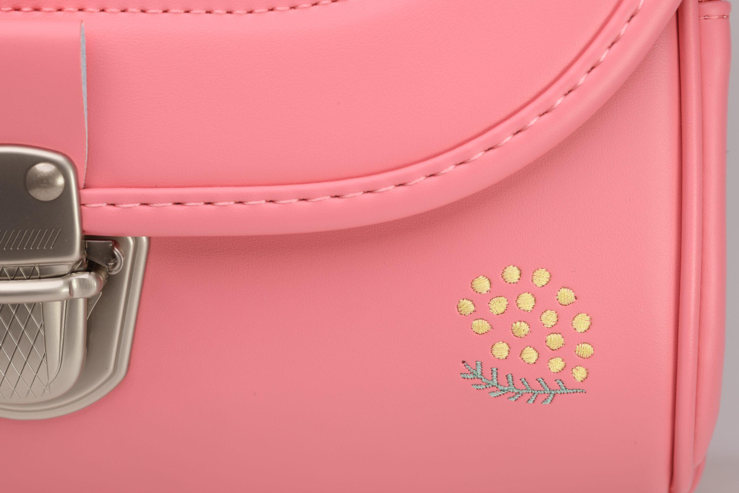 ピンクにあわせてデザインされた 「ミモザ」の ワンポイントの刺繍