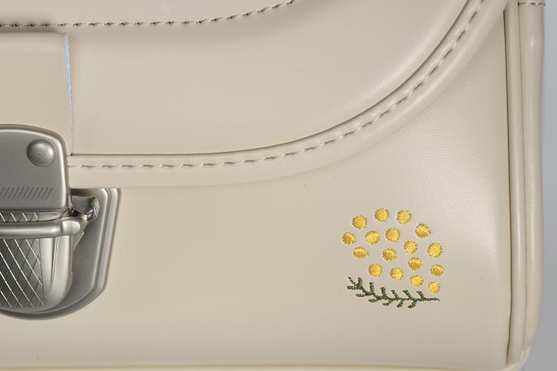 アイボリーにあわせてデザインされた 「ミモザ」の ワンポイントの刺繍