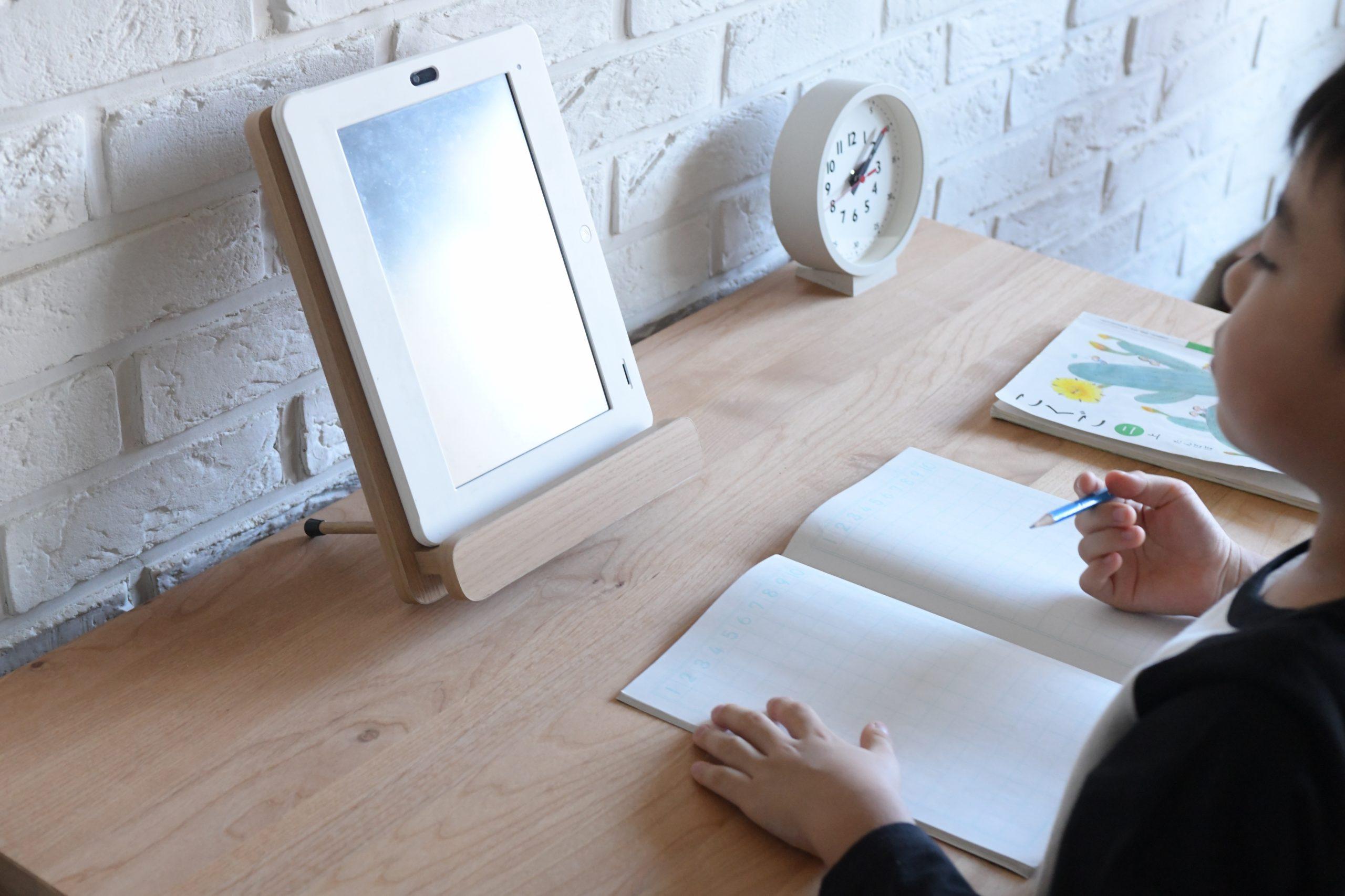 タブレット学習を快適にするタブレットスタンドの角度調整で姿勢矯正のサポートも